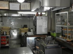 客席の奥の厨房です。突き当たりを左折すると製麺スペースがあります。右手前は客がテボで湯煎するところ。