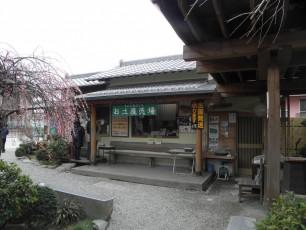 庭兼客席の奥にあるお土産売場。担当しているのは北海道から帰ってきたお姉さん。