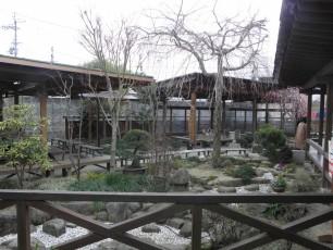 三代目大将「山さん」作の庭と屋外客席。