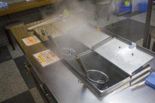 竹清は、受け取ったうどんを自分で湯がいて出汁をかける「フル」セルフのお店。