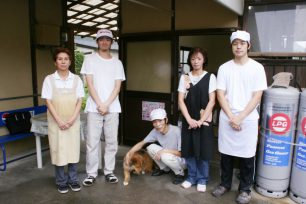 なかむら一家勢揃い。右から、三代目次男、二代目奥さん、二代目大将、犬、高松で