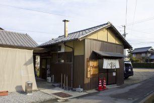 正面の煙突のある「小屋」が、かつて鶏のエサ小屋だった店舗です。