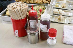 天ぷらの手前にあるのは、色が薄いので初心者がかけ過ぎてしまう醤油。