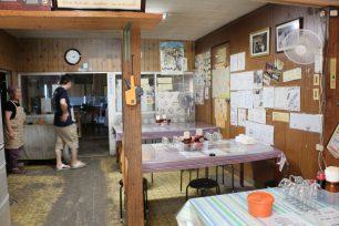 店内は、右に客席、奥が製麺スペース。