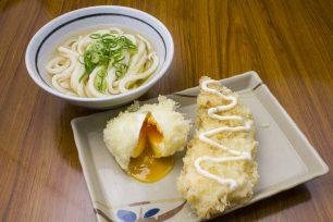 かけうどんと天ぷらは竹清の黄金コンピ。右側のとり天は女将さん自信の新作。