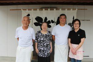 左から、三代目の小野修・千恵子ご夫妻、四代目の繁・ひとみご夫妻。