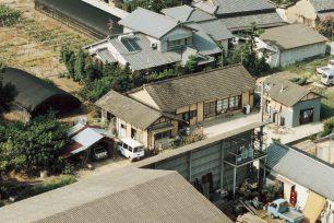 空から見た1991年のなかむら。戸口から覗いているのは二代目大将。左下には客がネギを取ってきていたネギ畑が。