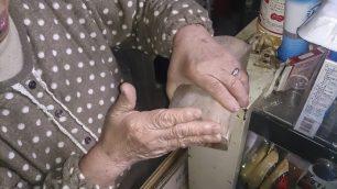 麺を切る時に定規代わりに使っていた「ヒノキのひき屑」の使い方を実演してくれる女将さん。