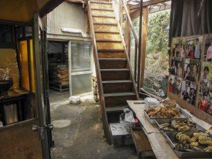 店内の奥の怪しい階段のさらに奥が、大将の仕事場。手前の左は天ぷらやうどんかりんとうを揚げる奥さんの持ち場。