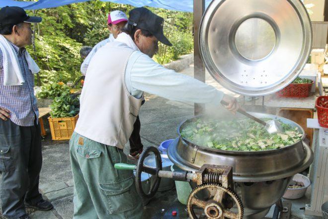 大鍋で百葉入りのダシを炊く
