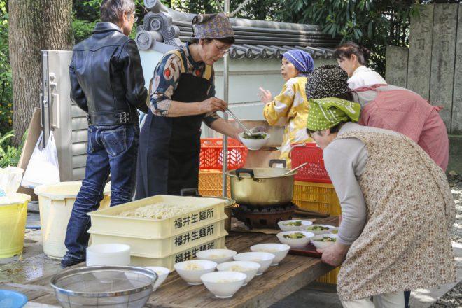 福井生麺所のうどんに百葉のダシをかける